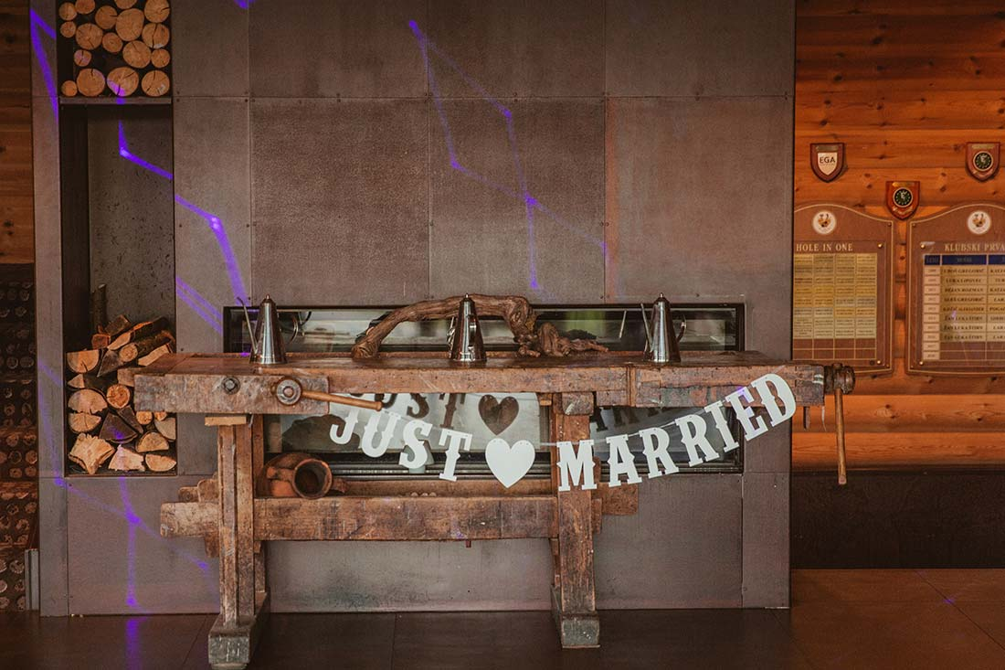08-just-married-sign