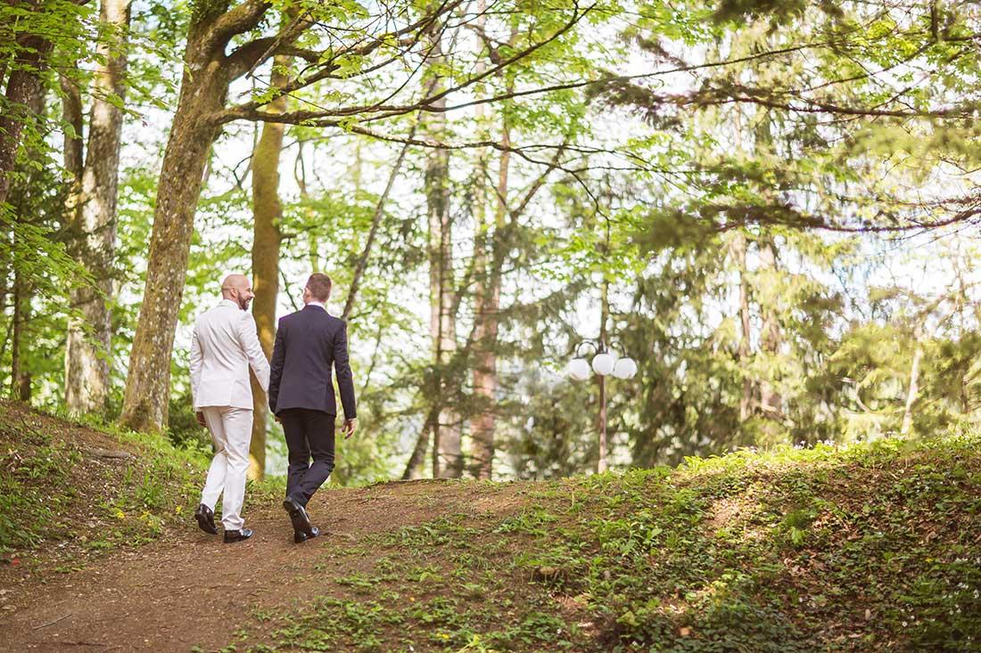 IL-18-wedding-gay-couple-in-garden