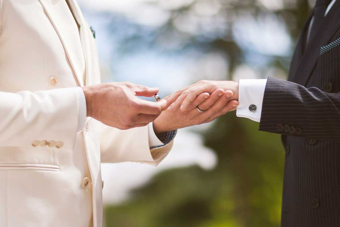 IL-27-gay-exchanging-rings-lake-bled