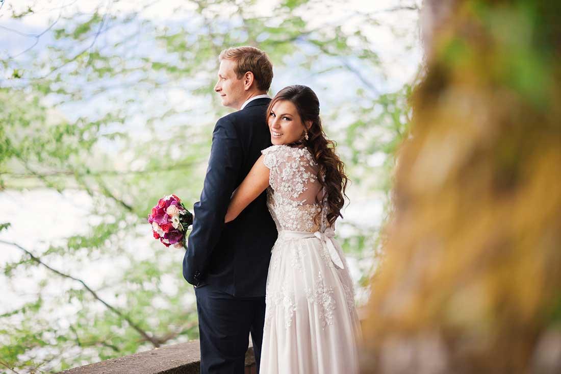 MA-19-wedding-couple-look-lake